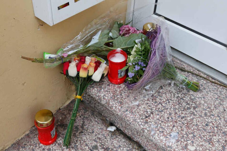 """Nach der Tat wurden im Hauseingang Blumen für die getötete """"Nelly"""" abgelegt."""