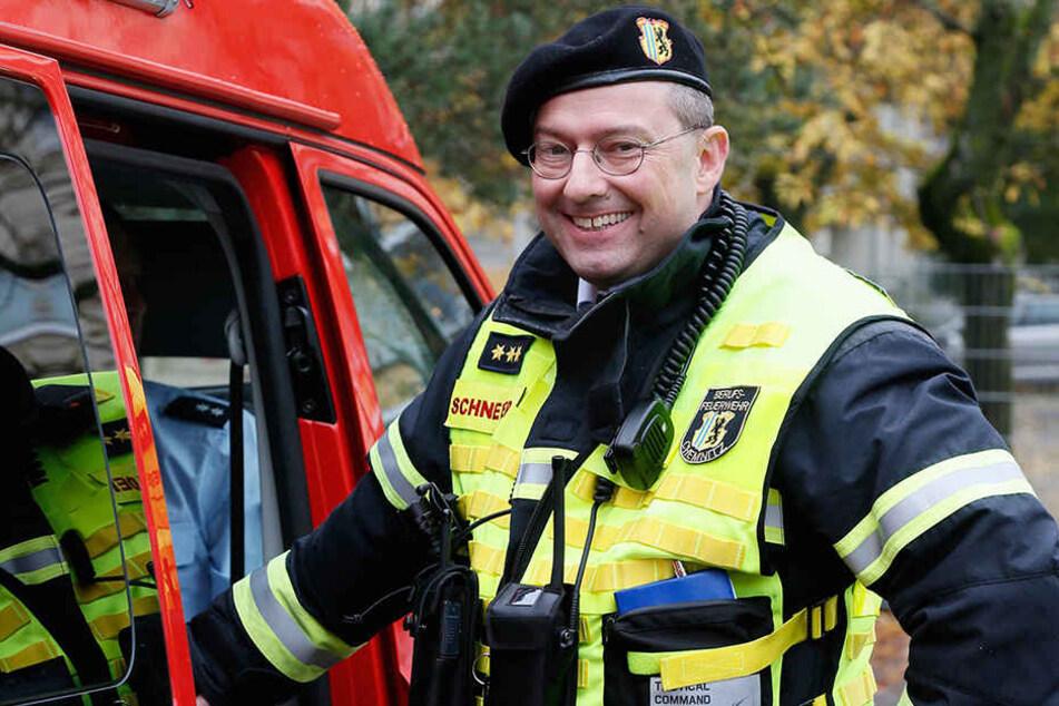 """Dr. Dirk Schneider (47) hat gut Lachen: Nach insgesamt 33 Jahren bei der  Feuerwehr ist er jetzt ein """"richtiger"""" Doktor."""