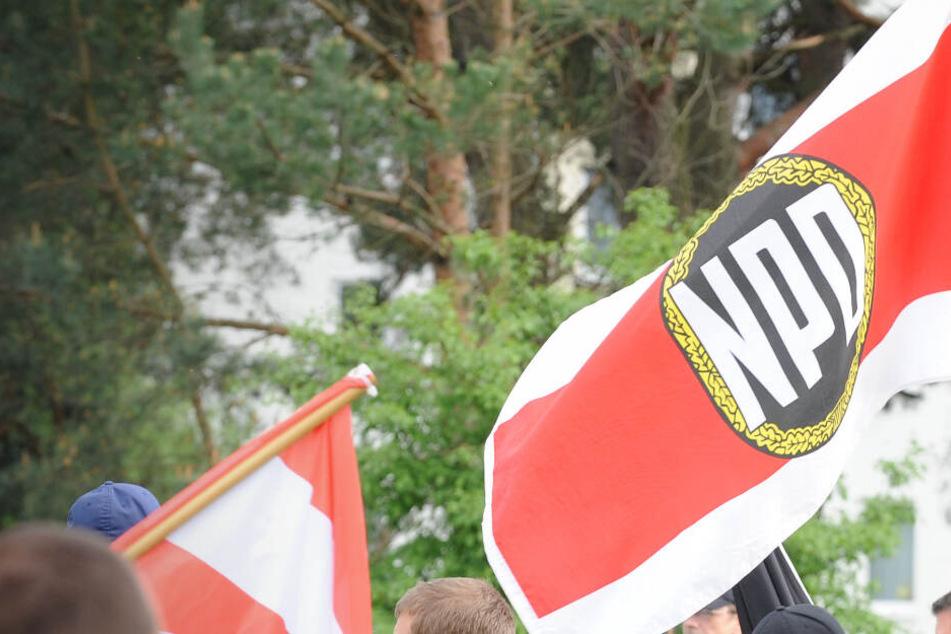 Fahnen werden bei einer Demo im brandenburgischen Eisenhüttenstadt geschwenkt (Archivbild).