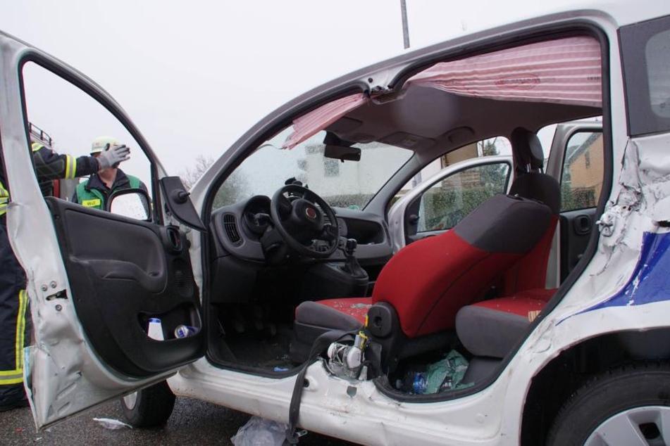 Die linken Türen waren so sehr deformiert, dass sie von der Feuerwehr herausgeschnitten werden mussten, um den Fahrer zu bergen.