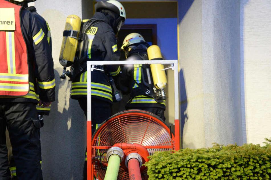 Zwei Feuerwehrmänner machten sich direkt daran, den Brand zu löschen.