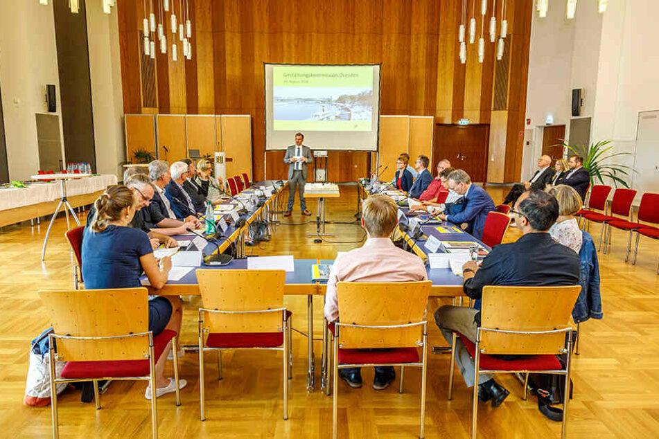 Die Gestaltungskommission tagte am Freitag erstmals öffentlich. Am Tisch saßen Mitglieder der Kommission sowie Mitarbeiter der Verwaltung.