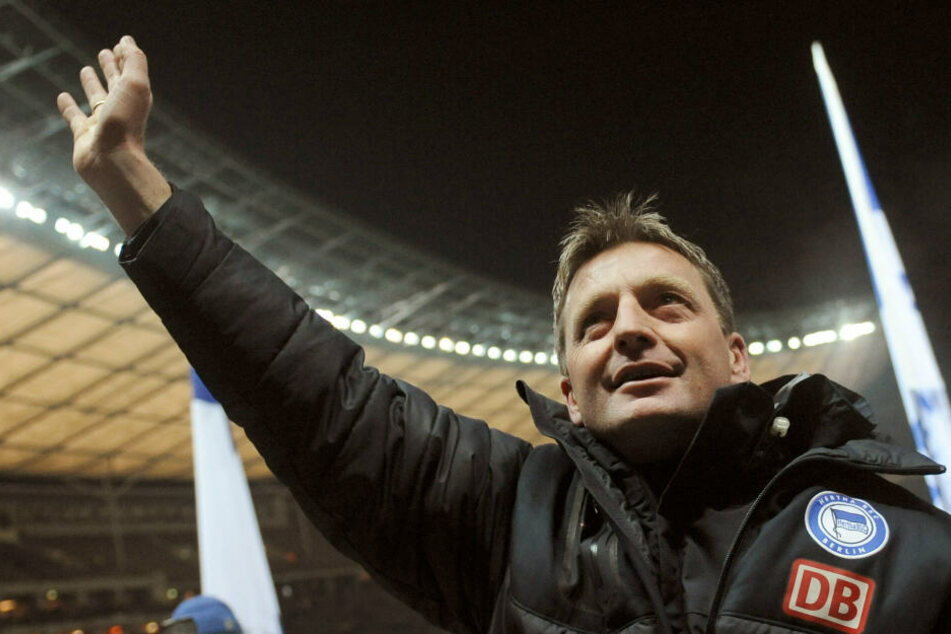 Rainer Widmayer gewann sein einziges Spiel als Hertha-Trainer im DFB Pokal gegen den 1. FC Kaiserslautern. Anschließend feierte ihn die Ostkurve.
