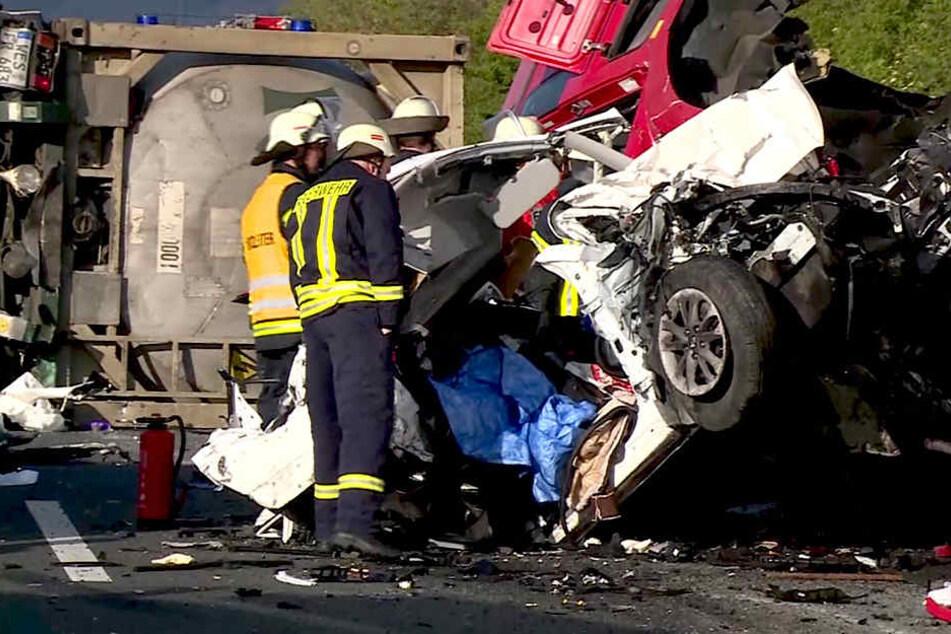 Bei dem Aufprall kippte das Führerhaus des auffahrenden Sattelzugs auf den Geländewagen und zerdrückte diesen.