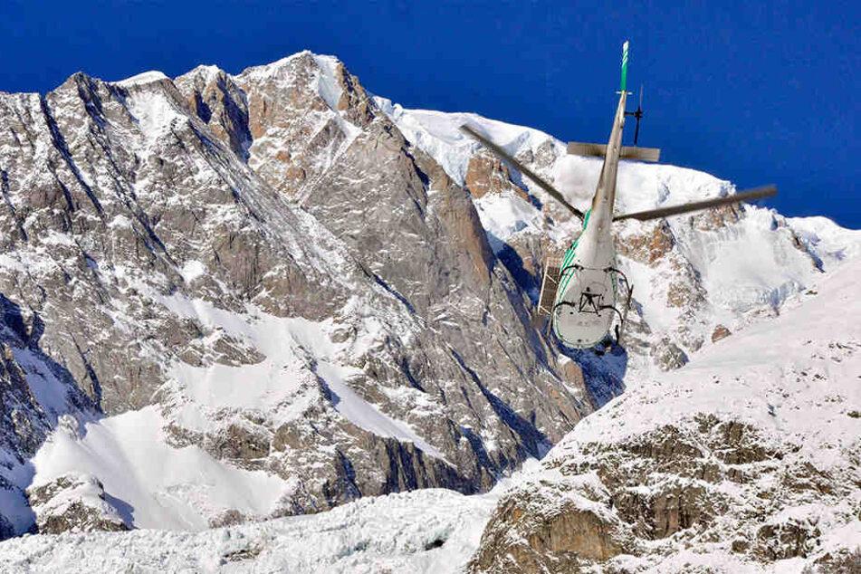 Ein Hubschrauber der Bergrettung ist am 4. Februar 2019 auf dem Weg zu einem Fundort, an dem drei Leichen von Skifahrern gefunden wurden.