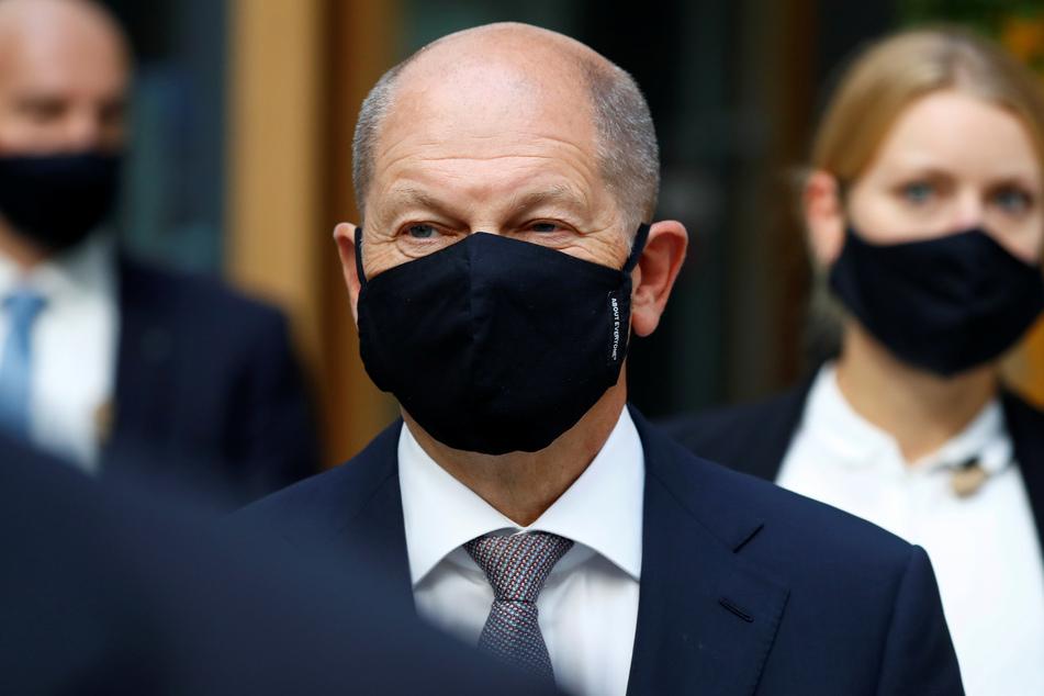 Olaf Scholz (SPD), Bundesminister der Finanzen, der eine Mund-Nasen-Bedeckung trägt, kommt zu einer Pressekonferenz anlässlich der Vorstellung des Regierungsentwurfs zum Bundeshaushalt 2021 und Finanzplan bis 2024.