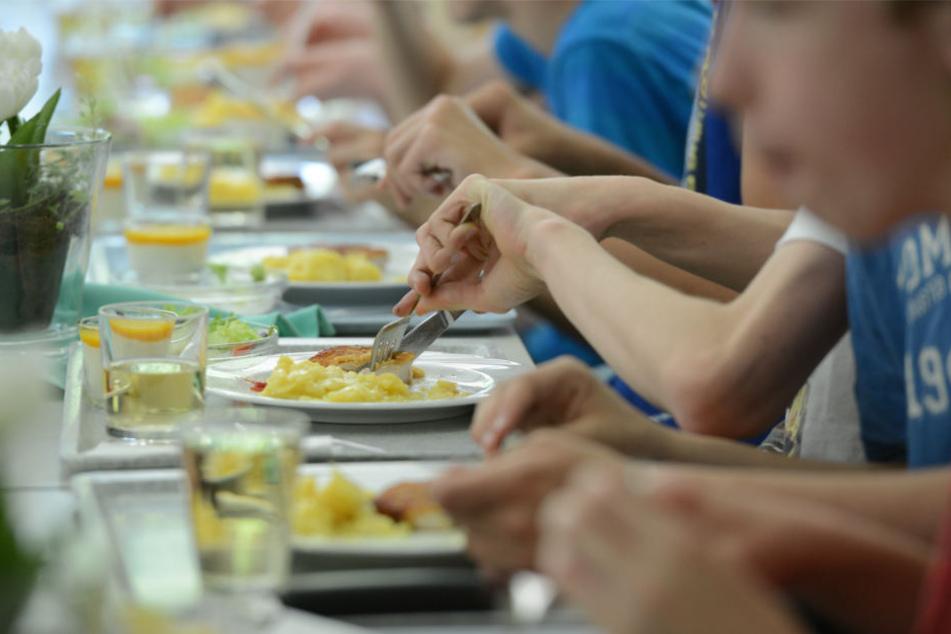 Ursprünglich sollte es für alle Leipziger Schüler ein kostenloses Mittagessen in der Schule geben. Doch es gibt ein Problem. (Symbolbild)