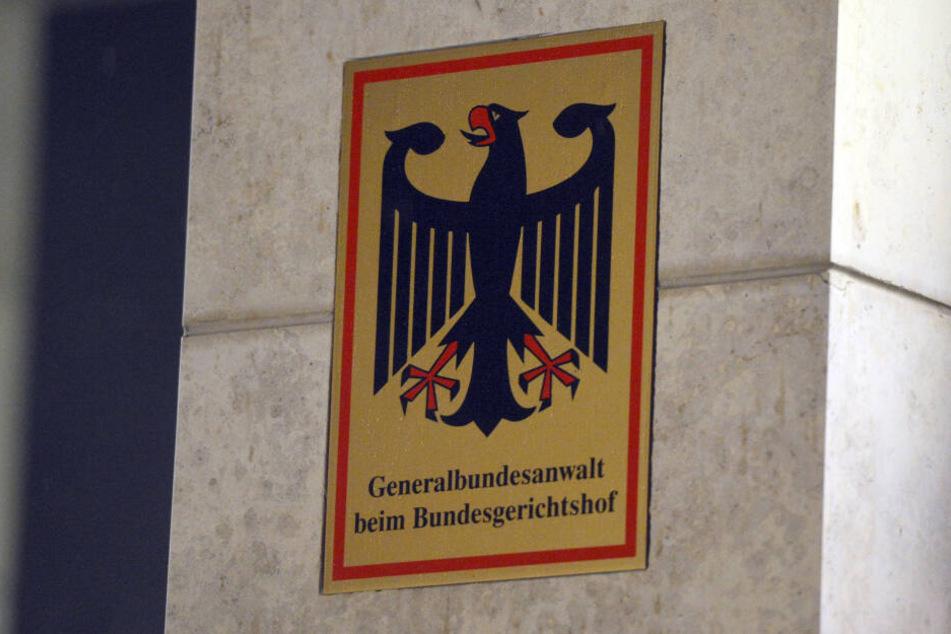 Ein Schild weist auf das Gebäude der Bundesanwaltschaft in Karlsruhe (Baden-Württemberg) hin.