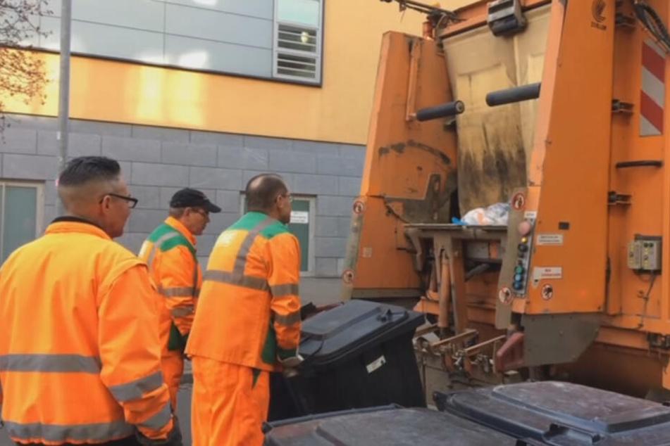 Die Müllwerker ziehen bis zu 400 Kilo schwere Tonnen und laufen am Tag einen Halbmarathon.