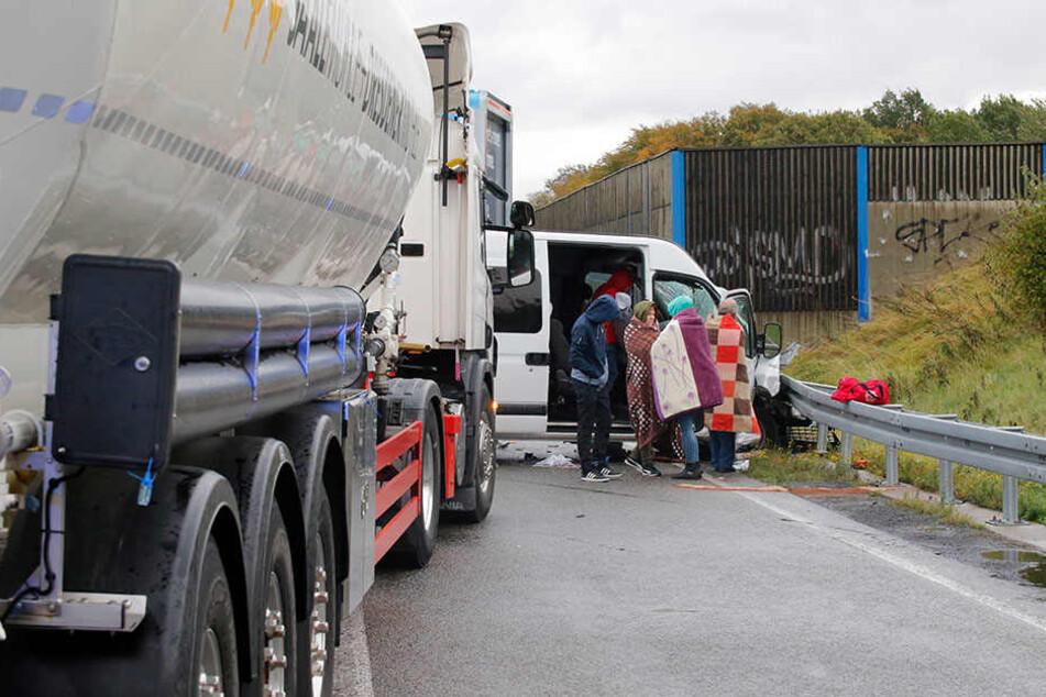 Mindestens neun Menschen wurden bei dem Unfall teilweise schwer verletzt.