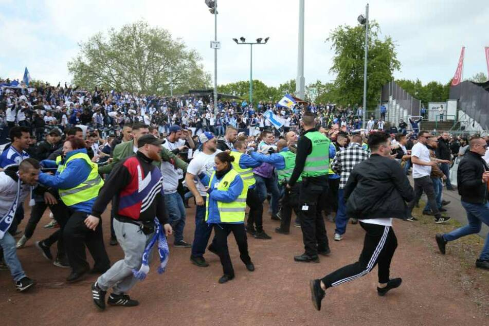 Nach Spielende stürmten die Fans aus Karlsruhe das Spielfeld.