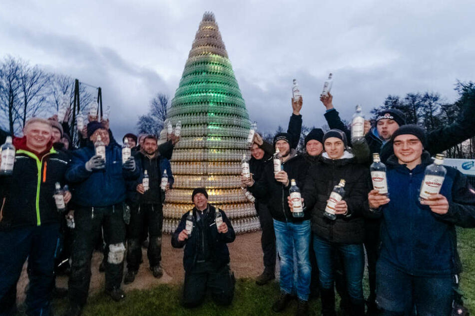 Weihnachtsbaum aus 5038 Kornflaschen: Schnapsidee endet in Weltrekord!