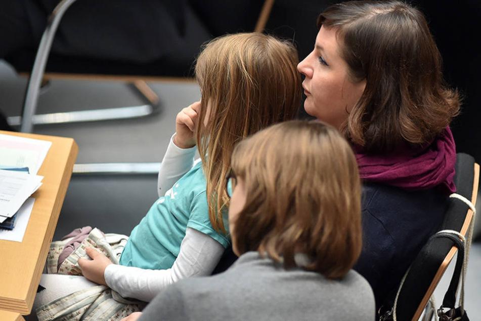 Die Berliner Fraktionsvorsitzende Antje Kapek (hinten) sitzt mit ihrer vierjährigen Tochter Emmi in der 16. Sitzung des Berliner Abgeordnetenhauses.