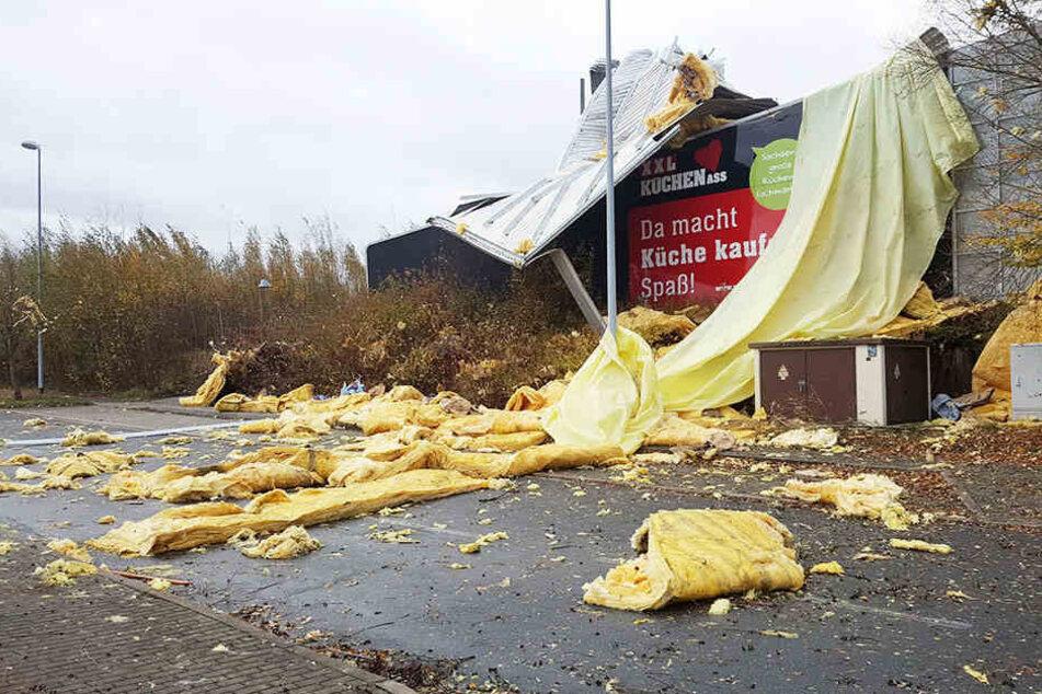 In Görlitz wurde das Dach eines Küchenstudios komplett abgedeckt.