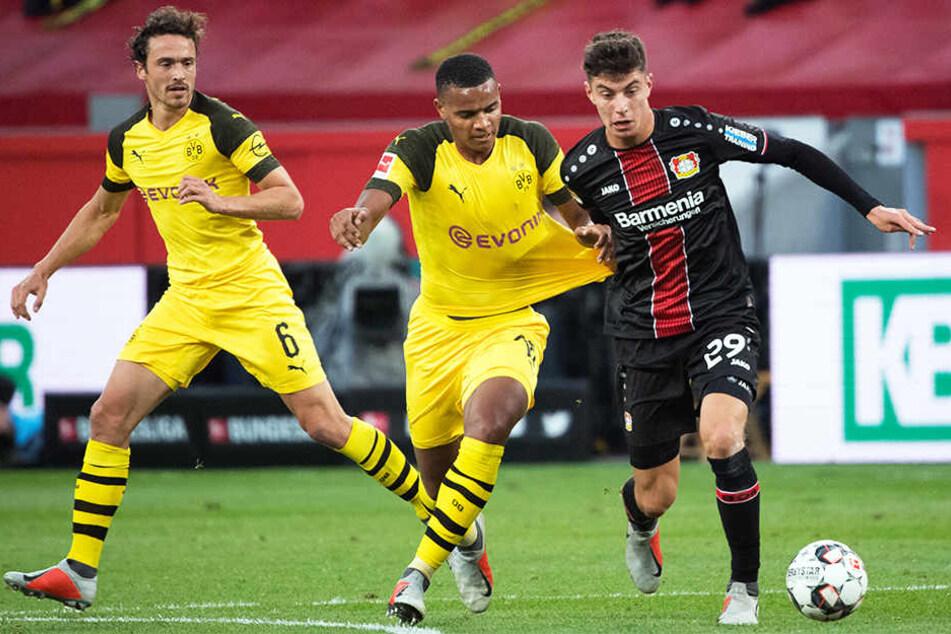 Kai Havertz ist durchsetzungsstark, hat Zug zum Tor und eine herausragende Ballbehandlung. So fiel es auch den BVB-Kickern Manuel Akanji (M.) und Thomas Delaney (l.) schwer, ihn zu stoppen.
