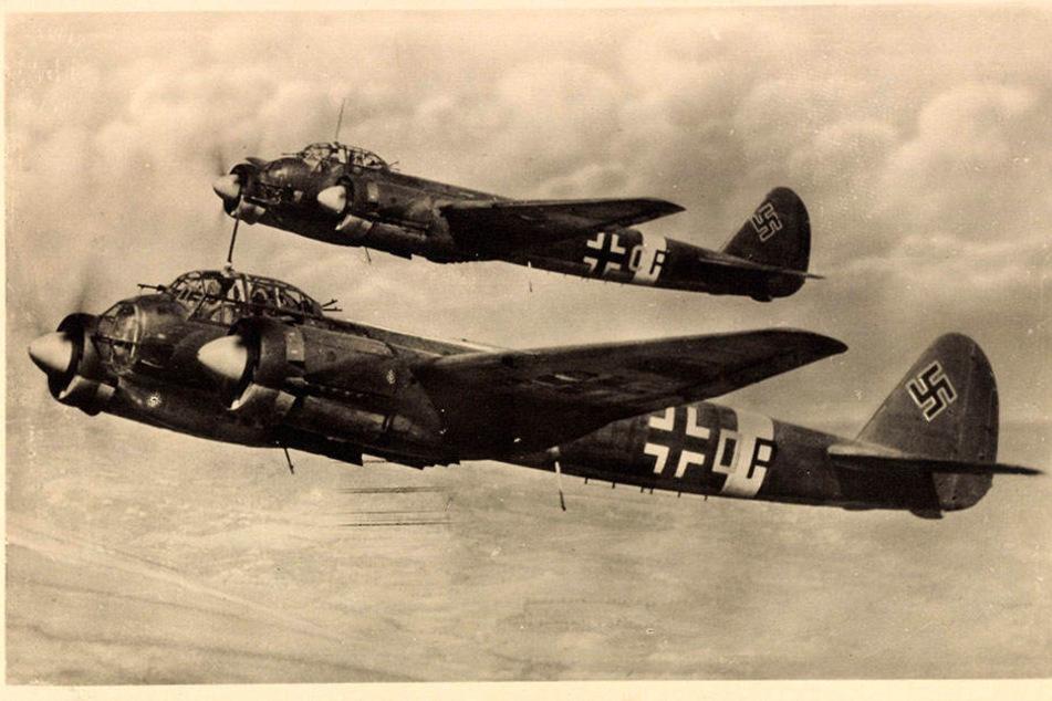 Zwei Sturzkampfflugzeuge der Deutschen Luftwaffe vom Modell Junkers im Einsatz.