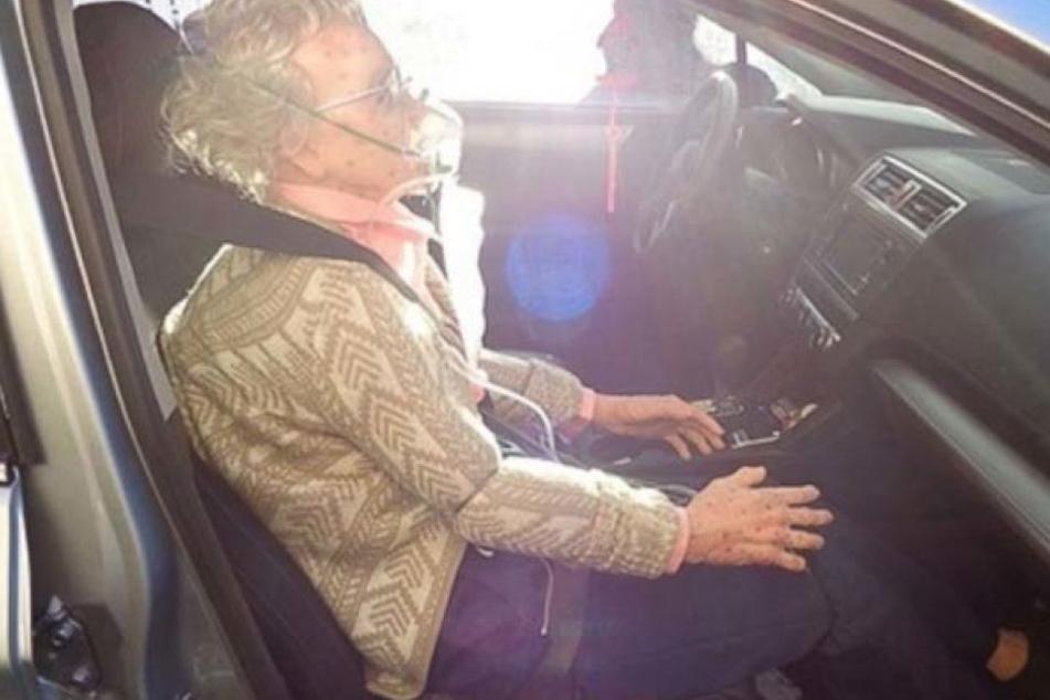 Mit Sauerstoffmaske saß die alte Frau auf dem Beifahrersitz. Sie bewegte sich kein Bisschen.