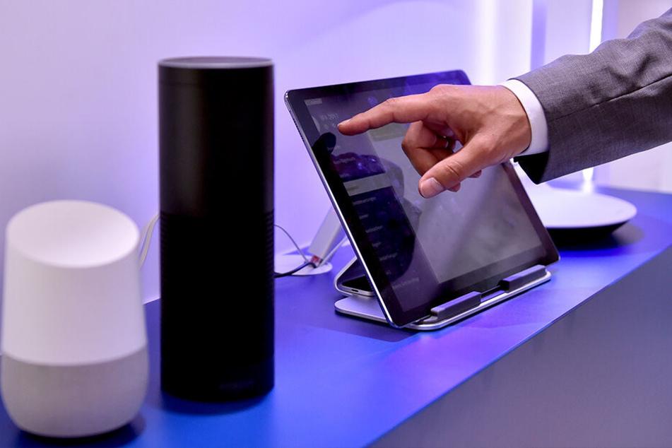 Stehen immer öfter im heimischen Wohnzimmer: Die Lautsprecher Google Home und Amazon Echo, ausgestattet mit den Sprachassistenten Google Assistant und Alexa.