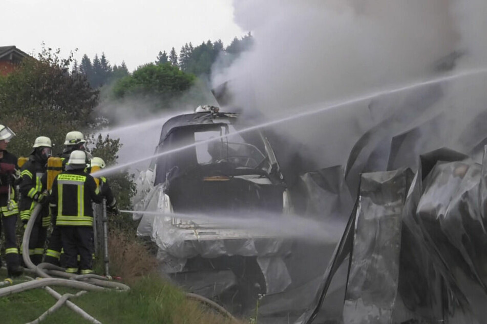 Mehr als 160 Einsatzkräfte brachten das Großfeuer im Gewerbegebiet unter Kontrolle und verhinderten Schlimmeres.