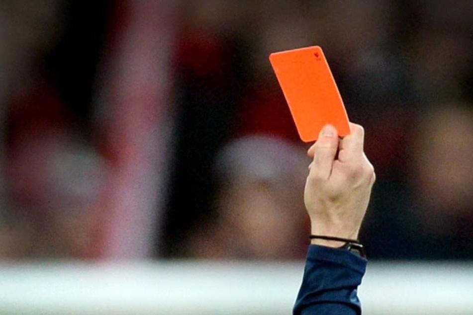 Der Schiedsrichter zeigte dem 25-Jährigen die Gelb-Rote Karte, da brannten bei dem Kicker alle Sicherungen durch (Symbolbild).