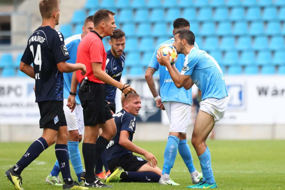Rafael Garcia (r.) kann es nicht fassen und diskutiert nach einem Freistoßpfiff mit Schiedsrichter Robert Hartmann.