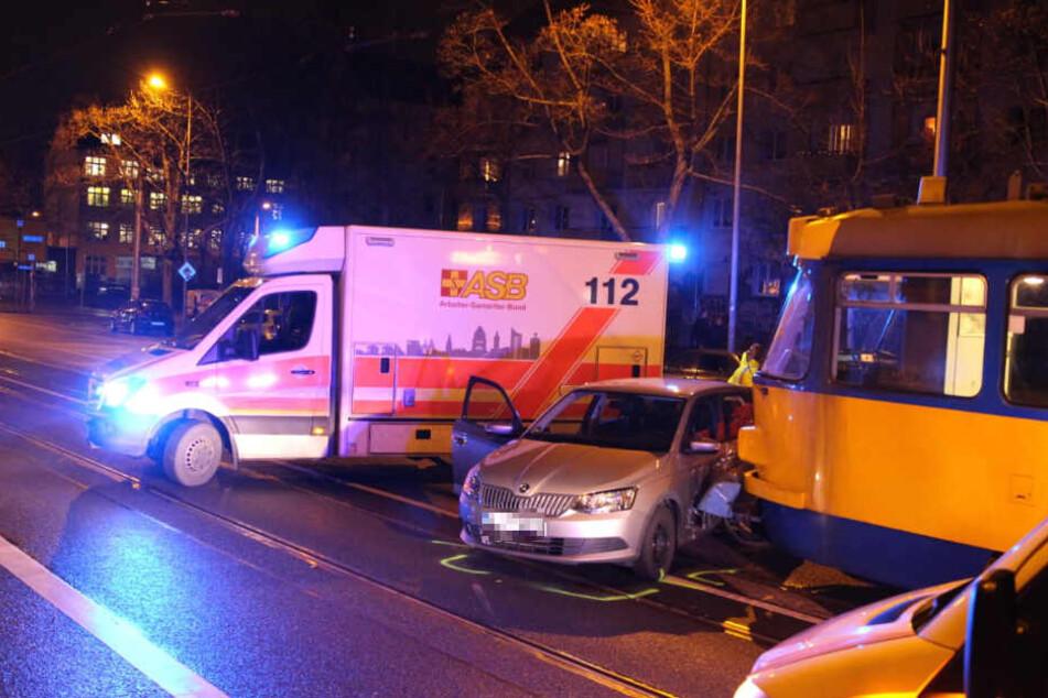 Eine Straßenbahn krachte auf der Dresdner Straße in die Fahrerseite eines Skoda, weil dessen Fahrer (75) die Tram übersehen hatte.