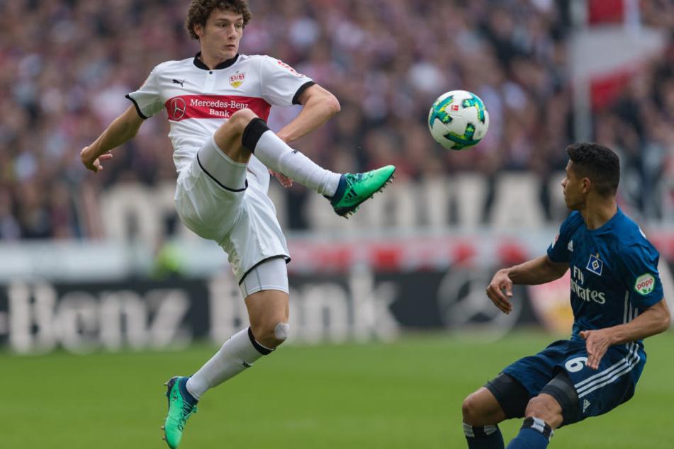 Stuttgarts Benjamin Pavard (l). spielt gegen Hamburgs Douglas Santos.