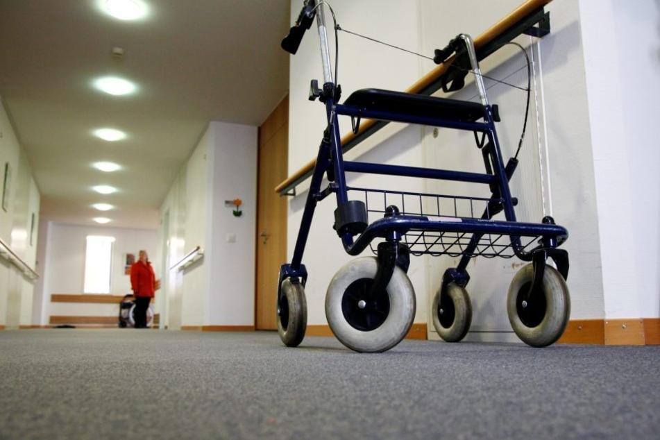 Ein 90-jähriger, bewaffneter Mann drohte Mitarbeiterinnen einer Arztpraxis. Es ging um Medikamente (Symbolbild).