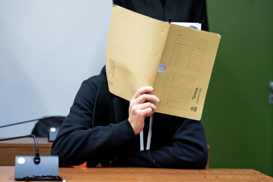 Der wegen versuchten Mordes an zahlreichen Frauen und Mädchen angeklagte 30-jährige Informatiker aus Würzburg sitzt vor Prozessbeginn im Landgericht im Sitzungssaal.