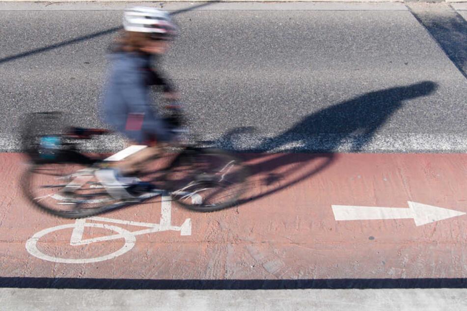 Zwölf Männer umringen Radfahrerin (19) und belästigen sie sexuell