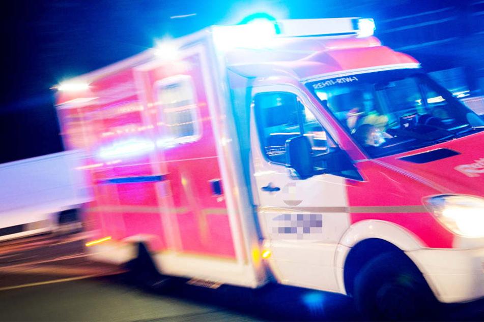 Der Rettungswagen war mit Blaulicht und Martinshorn unterwegs (Symbolbild).