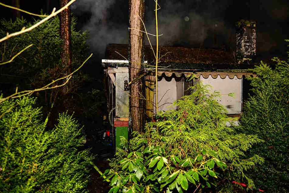 Schon beim Eintreffen der Einsatzkräfte schlugen die Flammen aus dem Dach des Bungalows.