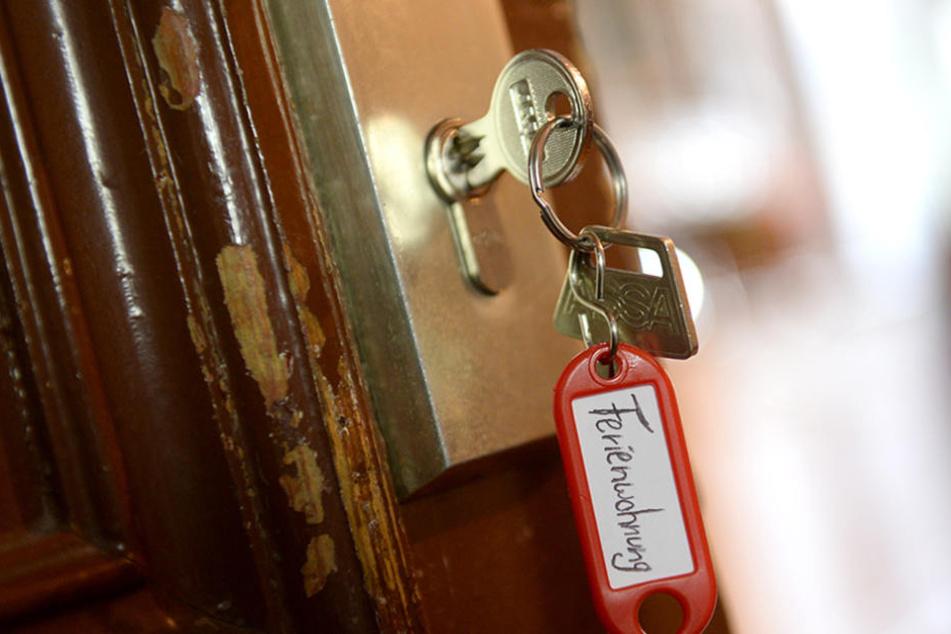 """Ein Schlüssel mit der Aufschrift """"Ferienwohnung"""" hängt an einer Wohnungstür in Berlin."""