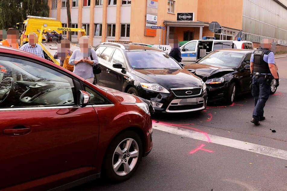 Der rechte Kleinwagen krachte wahrscheinlich in den mittleren Kombi und schob diesen gegen den orangenen Wagen.