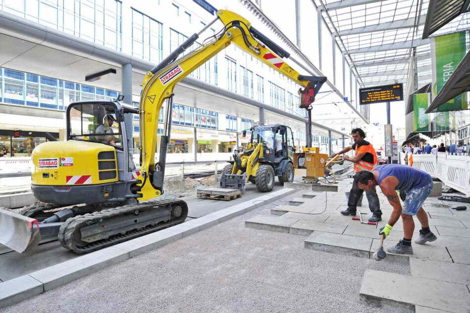 An der Zenti werden bereits neue Gehwegplatten verlegt. Die Baustelle soll bis zum Stadtfest, das am 25. August startet, fertig sein.