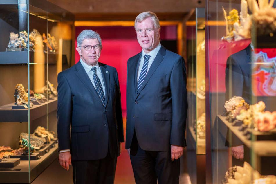 """Rektor Klaus-Dieter Barbknecht (60, l.) und sein Vorgänger Prof. Georg Unland (65) freuen sich über eine Million Besucher der """"terra mineralia""""."""