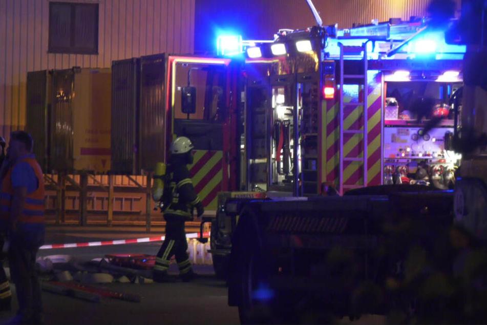Die Feuerwehr untersuchte den Container nach Schadstoffen (Symbolfoto).
