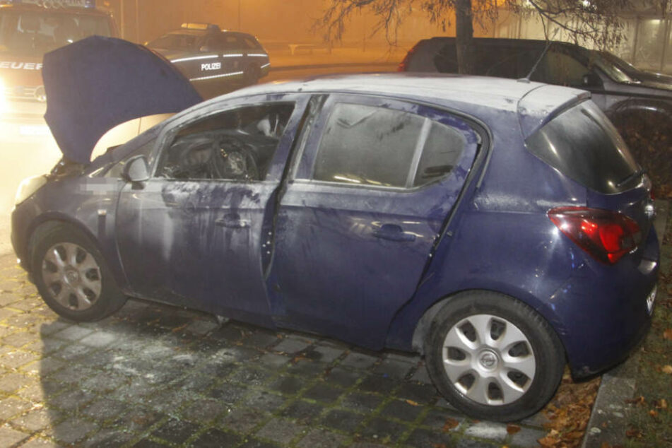 Die alarmierte Feuerwehr konnte das Auto löschen.