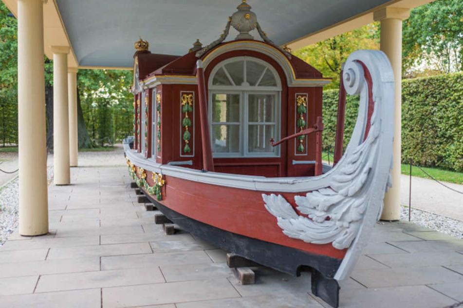 """Die letzte der einstigen Hof-Gondeln: Die """"Rote Schaluppe"""" von 1790,  ausgestellt im Schlosspark Pillnitz."""