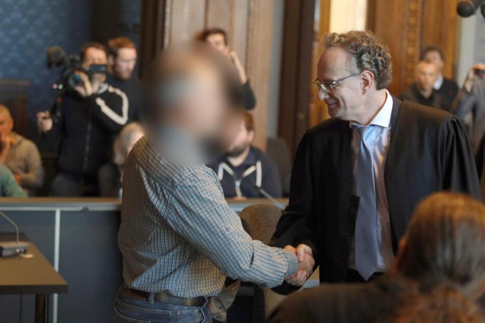Bei dem Prozess wegen illegalen Waffenbesitzes begrüßt der Angeklagte seinen Verteidiger.