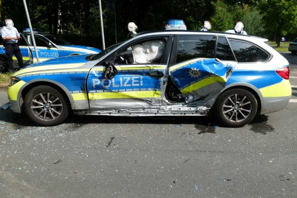 Schwerer Unfall: Polizeiwagen crasht bei Verfolgungsjagd in anderes Auto