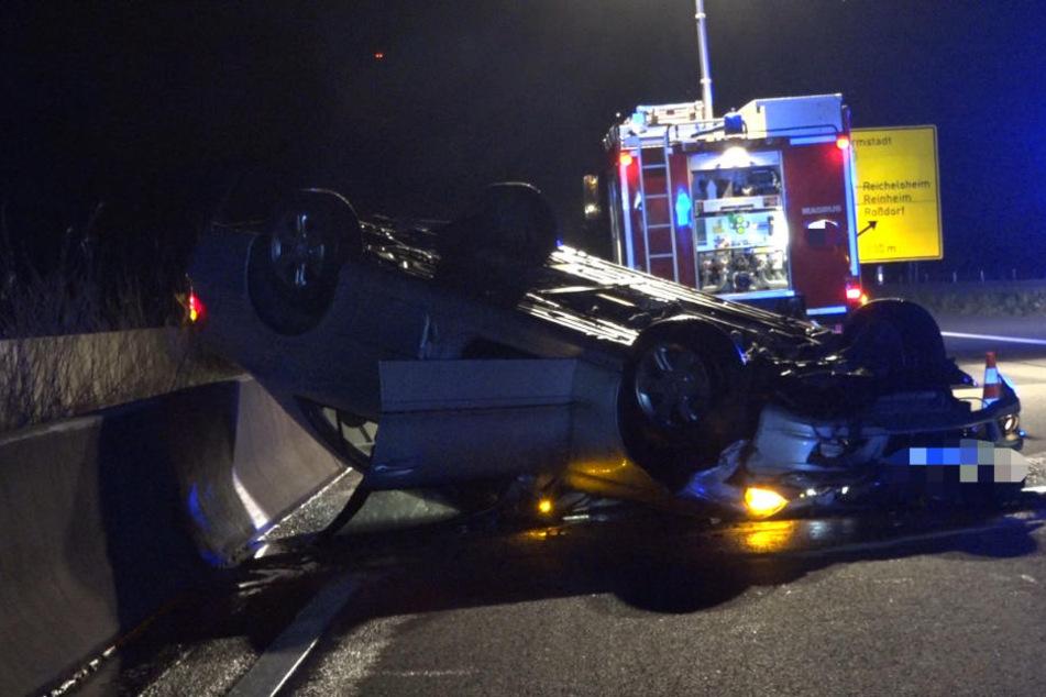Unfall mit Folgen: Ein Auto landete auf dem Dach.