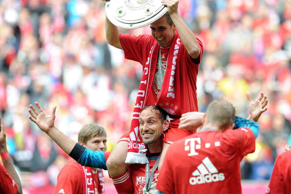Meisterfeier beim FC Bayern 2013, Ex-Dynamo Tom Starke trägt Philipp Lahm auf den Schultern.