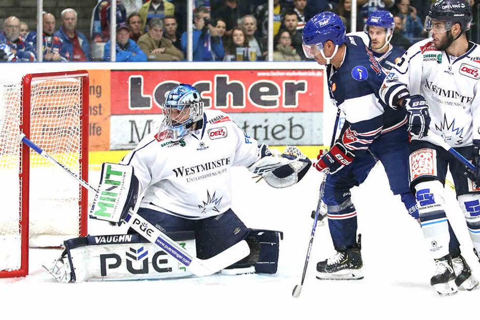Eislöwen-Keeper Marco Eisenhut (l.) musste gestern siebenmal hinter sich greifen, danach ging er raus. Einmal traf Andreas Driendl (M.)