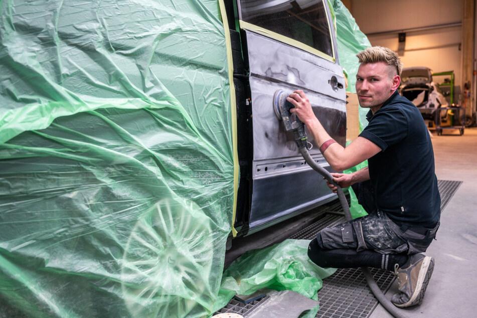 Lackierer Andy Hähle (32) schleift die Tür des Mercedes-Busses ab.
