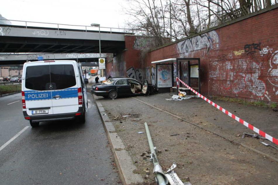 Ein Jaguar ist in Berlin in eine Haltestelle gebrettert.