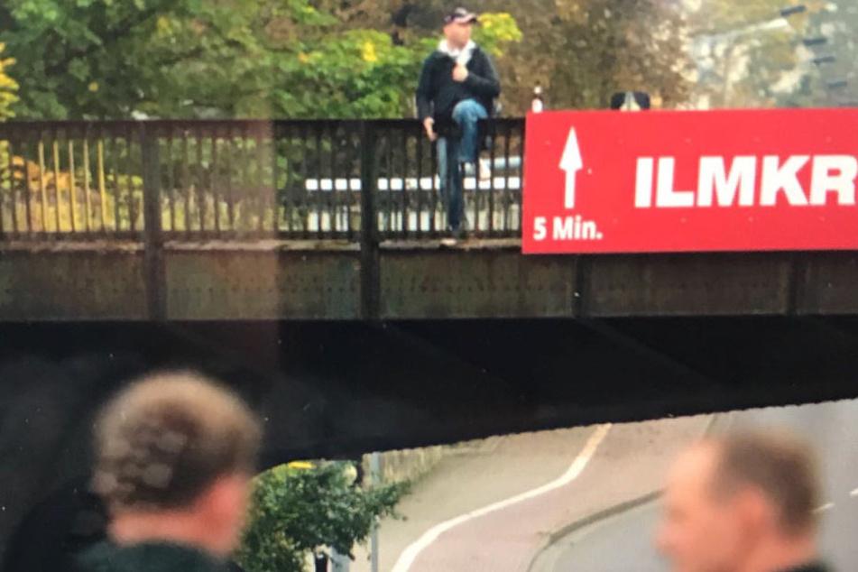 Der Mann saß am Mittwoch auf einer Brücke an der Bahnhofstraße.
