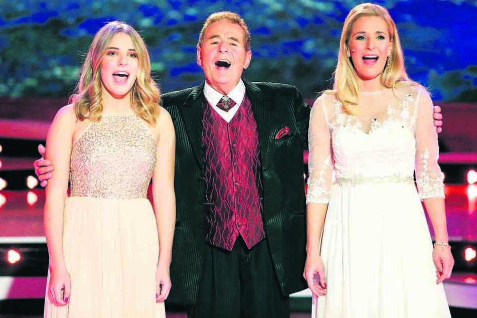 Die Ähnlichkeit ist beeindruckend! Eberhard Hertel (78) singt mit Tochter Stefanie (38, re.) und Enkelin Johanna (16, li.).
