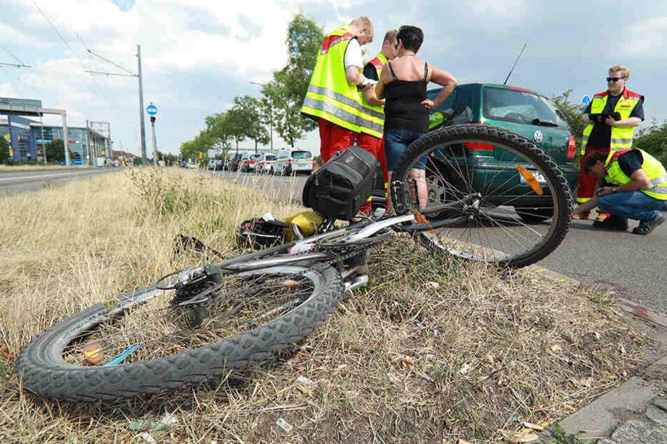 Beim Abbiegen erwische der VW-Polo den Radfahrer, der daraufhin stürzte und sich schwer verletzte.