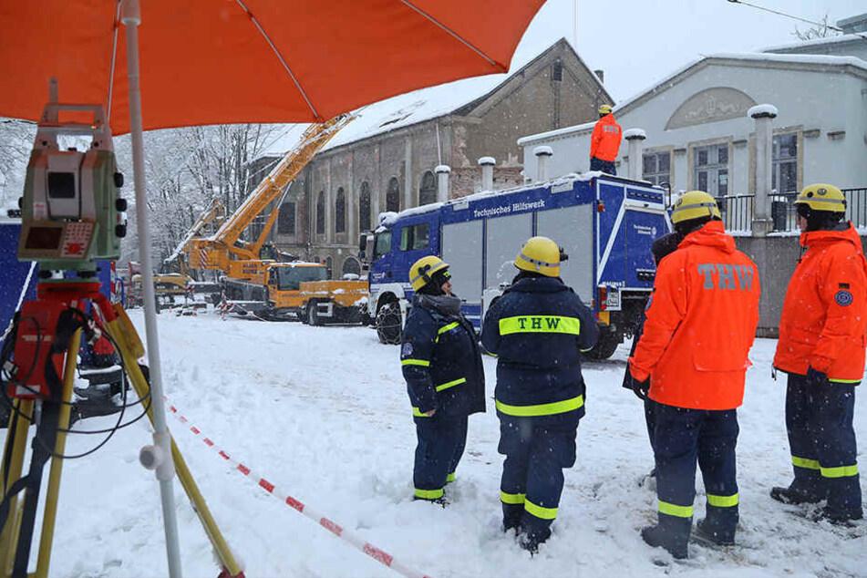 Die Helfer des THW kämpften mit Schneemassen.